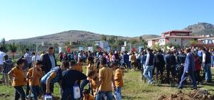 """Adana'da """"Fidanlar Fidanlarla Büyüyor"""" etkinliği Kozan ilçesinde öğrenciler 210 fidanı toprakla buluşturdu"""