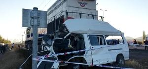 Kayseri'de tren minibüse çarptı: 2 ölü
