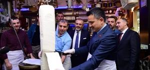 Bakan Pakdemirli, dondurma kesti Tarım ve Orman Bakanı Bekir Pakdemirli, Kahramanmaraş ziyareti sonunda 'Maraş Dondurması'ı keserek gazetecilere ikram etti