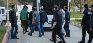 """Suriyelilerin """"ekmek ve kahve"""" kavgası Suriyeli mülteciler, Elbistan'da 'ekmek ve kahve satışı' yüzünden sokak ortasında kavga etti İlçede huzuru bozacak davranışlarda bulunan 6 Suriyeli mülteci, polis nezaretinde Kahramanmaraş'taki kampa gönderildi"""