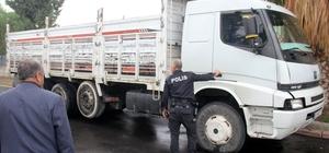Kamyon şoförü sokak ortasında vuruldu Adana'da aracını park ettikten sonra yolda yürürken kimliği belirsiz kişilerin silahlı saldırısına uğrayan kamyon şoförü yaralandı