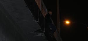 Adana'da viyadükten nehre atlamak isteyen kişiyi polis ikna etti İntihara kalkışan kişiyi bir vatandaş cep telefonuyla görüntüledi