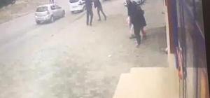 Sokak ortasında pompalı tüfekli kız kavgası Adana'da bir kişinin, arkadaşlarıyla birlikte eski kız arkadaşıyla sevgili olduğunu ileri sürdüğü şahsı sokak ortasında pompalı tüfekle kaçırmaya çalışıp darp etmesi güvenlik kamerası tarafından görüntülendi