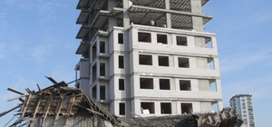 Hayatta kaldıklarına inanamadılar Adana'da bir inşaatta beton döküldüğü sırada kolonların çökmesi sonucu tablanın üzerinden atlayan işçiler, enkaz atında kalmaktan son anda kurtuldu Kazadan inanılmaz bir şekilde kurtulan işçiler enkaz yığınına dönen yeri hayretler içinde izledi