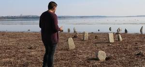Gölde su çekildi, mezarlık ortaya çıktı 150 yıllık mezarlık sular çekilince gün yüzüne çıktı