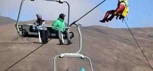 Teleferikte mahsur kalan 8 kişi düzenlenen operasyonla kurtarıldı Erciyes Kayak Merkezi'nde düzenlenen tatbikatta senaryo gereği teleferikte mahsur kalan 8 kişi düzenlenen operasyonla kurtarıldı