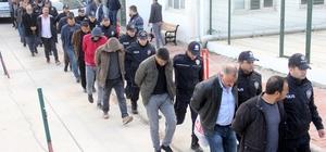 """Besici operasyonunda gözaltına alınan 21 kişi adliyeye sevk edildi Adana'da besicilerden hayvan alıp bunların parasını ya hiç vermedikleri ya da değerinden düşük fiyata aldıkları ileri sürülen 21 kişi """"yağma ve nitelikli dolandırıcılık"""" suçlamasıyla adliyeye sevk edildi"""