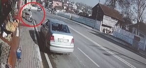 (Özel) Park halindeki otomobile çarpan aracın altında kalmaktan saniyelerle kurtuldu Hafif ticari aracın çarptığı park halindeki otomobildeki anne ve oğlu yaralandı