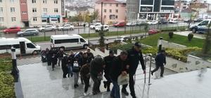 Kredi çıkarma vaadiyle vatandaşları dolandıran çete adliyeye sevk edildi 17 şüpheli şahıs, polis korumasında adliyeye getirildi