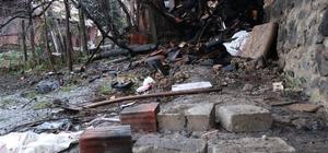 Suriyelilerin mangal keyfi iki evi küle çeviriyordu Mangaldaki ateşin odunluğa sıçraması ile çıkan yangında mahalleli sokağa döküldü