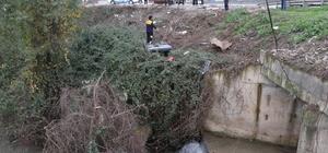 Yoldan çıkan otomobil ırmağa uçmaktan çalılıklar kurtardı Şarampodle ters dönen otomobilin tekerleri dakikalarca boşa döndü Polis ekiplerinin araçtan çıkardığı 2 yaralı hastaneye kaldırıldı
