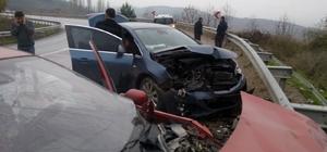 Sakarya'da otomobiller kafa kafaya çarpıştı: 4 yaralı