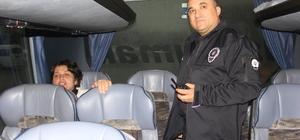 Bilet alamayınca otobüsü rehin aldı Adana'dan İzmir'e gitmek isteyen hamile kadın, parası olmadığı için bilet alamayınca Gaziantep'e giden bir otobüse binip tam 1 saat 15 dakika inmedi Polis tarafından ikna edilen kadın, karakolda ifadesi alındıktan sonra serbest bırakıldı
