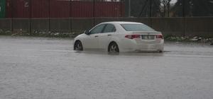 Mersin'de yağmur etkili olmaya devam ediyor Gece yarısından bu yana devam eden yağmur cadde ve sokaklarda su birikintilerine neden olurken, trafikte de zaman zaman aksamalar yaşanıyor Bazı araçlar yolda kalırken, belediye ekipleri su birikintilerinin oluştuğu bölgelerde çalışmalarını sürdürüyor