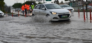 Adana'da yağmur yolları göle çevirdi