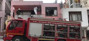 Kuşadası'nda bir ev tamamen yandı; 1 yaralı Yangın sırasında evde bulunan ve uyuyan bir kadını komşuları son anda yanmaktan kurtardı