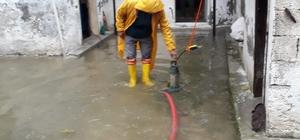 Mersin'de yağmur suları tahliye ediliyor, su kanalları ıslah ediliyor Akdeniz Belediyesi, aşırı yağışlar nedeniyle bütün teknik ekipleri teyakkuza geçirdi