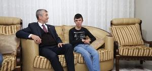 Başkan Tahmazoğlu, Görme Engelli Göktuğ'u evinde ziyaret etti