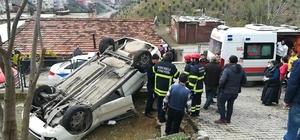 Hızını alamayan otomobil evin bahçesine uçtu Kazada araç içinde sıkışan sürücü yaralandı