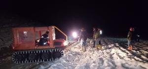 Burdur'da karda mahsur kalan 8 işçi kurtarıldı Dağlık alanda karda araçlarıyla mahsur kalan elektrik ekibi, AFAD ekiplerince kurtardı