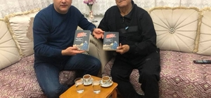 Şehit babasından kütüphaneye destek Şehit Polis Memuru Nedip Cengiz Eker'in isminin verileceği kütüphaneye şehit babası Mehmet Yılmaz'dan destek geldi.