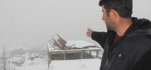 Karın ağırlığına dayanamayan çatı çöktü