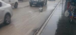 Hatay'da şaşırtan görüntü İş yerinin camına araçlar su sıçratmasın diye yolun ortasına tüp koydu