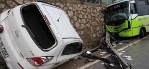 Halk otobüsü ile otomobil çarpıştı: 3 yaralı Kazayı gören vatandaşlar film izler gibi izlediler Kaza D100'de trafiği kilitledi