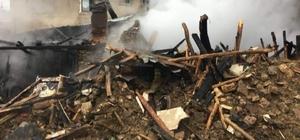 Altıntaş'ta yangın: 1 ev tamamen yanarak kül oldu Ahırda bulunan 49 küçükbaş hayvan köylüler tarafından telef olmaktan son anda kurtarıldı