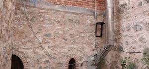 Bolu'nun tarihine boru soktular 268 yıllık tarihi hanın duvarını havalandırma borusu için deldiler Tarihi hanın duvarını baca için parçalayan kafe tepkilere neden oldu