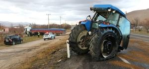 Tırla çarpışan traktör ikiye ayrıldı
