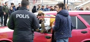 Çarptığı yayanın başından bir an olsun ayrılmadı Sivas'ta karşıdan karşıya geçmek isteyen yaya çarpan sürücü, ambulans gelene kadar ıslanmaması için yaralıyı aracında bekletti. Yaralı ambulansa bindirilene kadar ise başından bir an olsun ayrılmadı