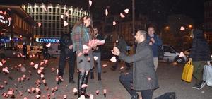 (Özel) Köfte yemeye gideceğini sanırken evlenme teklifi aldı Büyükşehir meydanında evlenme teklifinde bulundu