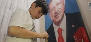 (Özel) Cumhurbaşkanın fotoğrafına çerçeve yaptırmak için okul harçlıklarını biriktiriyor 13 yaşındaki çocuğun Recep Tayyip Erdoğan sevgisi görenleri şaşırtıyor En büyük hayali Cumhurbaşkanı Erdoğan'ın çerçeveli fotoğrafını alabilmek