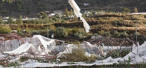 Anamur'da hortum seraları vurdu Yapılan ilk tespitlere göre yaklaşık 60 dönüm arazide muz serası ile çilek bahçesi zarar gördü