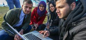 """Van'da yabancı öğrenciler AA'nın """"Yılın Fotoğrafları"""" oylamasına katıldı"""
