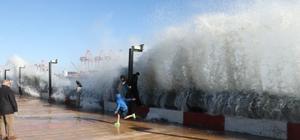 Mersin'de dev dalgalar korkuttu Mersin'de saatteki hızı 75 kilometreye ulaşan fırtına etkili olurken, denizde ise dev dalgalar oluştu Sahillerde 5-6 metrelik dev dalgalar oluşurken, bazı bölgelerde deniz ile kara birleşti Özellikle çocuklar tehlikeli olmasına rağmen karaya çıkan dalgaların altında oyun oynarken, vatandaşlar da cep telefonlarıyla hatıra fotoğrafı çekildi