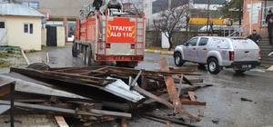 Muş'ta şiddetli fırtına Çatı sacları okul bahçesine düştü