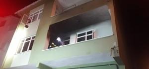 Elektrikli sobadan çıkan yangın evi kullanılamaz hale getirdi 3 katlı binada çıkan yangın itfaiye tarafından söndürüldü Dumanların sardığı evde mahsur kalan çifti itfaiye kurtardı