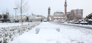 Sivas'ta kar hayatı felç etti 130 köy yolu ulaşıma kapanırken, öğrenciler Vali Ayhan'ı tatil için mesaj yağmuruna tuttu