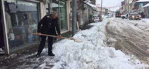 Karlıova'da kar temizleme çalışmaları başladı Geçtiğimiz kış beklenen kar yağışı olmaması nedeniyle kuraklık olmasından korkan vatandaşlar, bu kış erken gelen karla sevindi Kar yağışı nedeniyle ilçeye bağlı 6 köy yolunda ulaşım kapandı, ekipler çalışmalara başladı