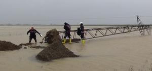 Fırtına elektrik direklerini devirdi VEDAŞ ekiplerinden büyük fedakarlık 12 köye yaklaşık 15 saatlik çalışmanın ardından enerji verildi