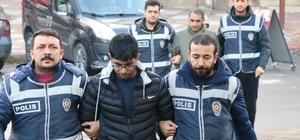 Yaşlı kadını dolandıran sahte polisler yakalandı Kahramanmaraş'ta kendilerini polis olarak tanıtıp telefonla aradıkları yaşlı kadının 50 bin lira tutarındaki para ve altınlarını dolandıran 3 kişi Şanlıurfa'da gözaltına alındı