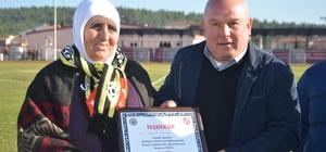 71 yaşındaki fanatik teyze takımın hiçbir maçını kaçırmıyor Bilecik Amatör Spor Kulüpleri Federasyonu, Hanım Ölçer'e teşekkür belgesi verdi