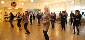 Karşıyaka'da 'ikinci bahar' tangosu 60 yaş ve üzeri vatandaşların 'tango' keyfi