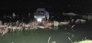 Su seviyesi yükselince araçlarıyla nehirde mahsur kaldılar Kızılırmak Nehri'nde mahsur kalan araçtaki iki arkadaş itfaiye ekiplerince kurtarıldı
