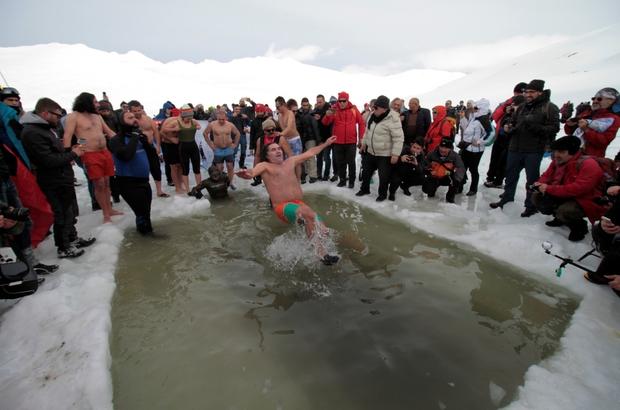 2750 rakımda yüzdüler Engelli Mustafa Beyaz, buz tutan gölden çıkarken Türk bayrağı açtı