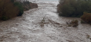 Antalya'da sel Antalya kent merkezi ve Kemer ilçesinde dün akşamdan bu yana devam eden sağanak yağış dünyaca ünlü Konyaaltı sahilinde dev dalgalar oluşturdu, Göynük Kanyonu ile Boğaçayı Deresi'nde sele neden oldu