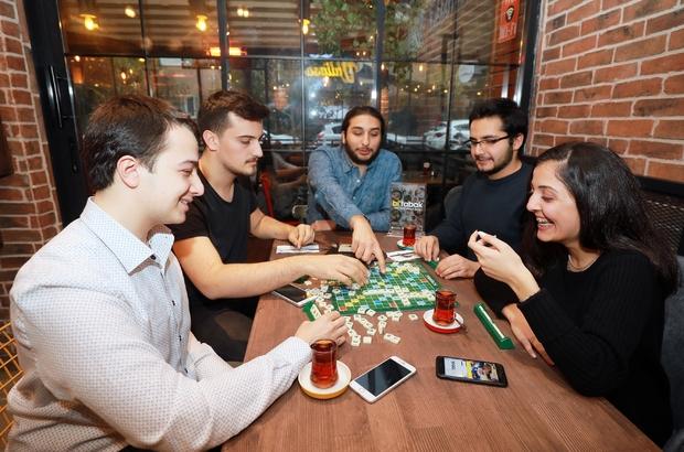 """Birbirini tanımayan insanlar aynı sofrada yemek yiyip sosyalleşiyor Yeni nesil sosyal sofra Öğrenci Batuhan Göbekli: """"Mobil uygulamadan bakıp yer satın alınabiliyor"""""""
