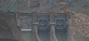 Kırılan baraj kapağının yenisi 7 tır ile getirildi Diyarbakır'da geçtiğimiz gün kırılan yaklaşık 200 ton ağırlığındaki baraj kapağının yenisi 7 tırla bölgeye taşındı Suyun yaklaşık 10 metre azaldığı barajda kapak, yarın sabah saatlerinde yerine yerleştirilecek